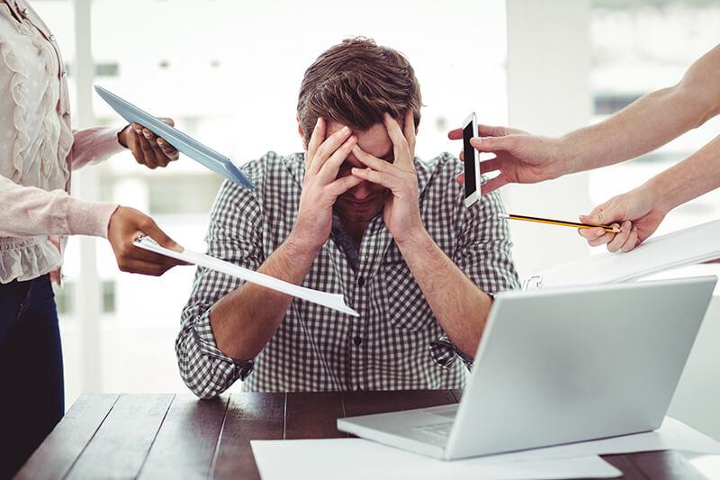 Distress Mann ist überfordert bei der Arbeit