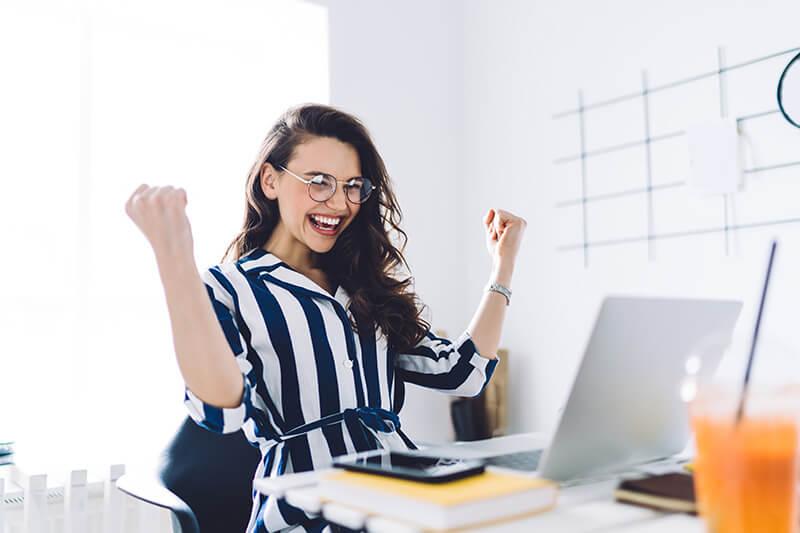 Eustress Frau ist glücklich am Arbeitsplatz